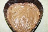 Шаг 3. Выложить в форму первый слой теста – шоколадный.