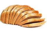 Шаг 1. Хлеб нарезать. На хлеб намазать масло.
