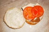 Шаг 12. На филе положить сыр и помидор. Сверху положить лист салата и накрыть ве