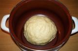 Шаг 3. Добавить муки, замешать тесто и поставить в тёплое место.