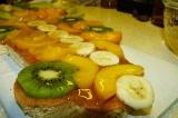 Шаг 8. Выложить порезанные фрукты и аккуратно сверху ложкой полить желатином.