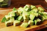 Шаг 3. Очистить авокадо, вынуть косточку и порезать кубиками.