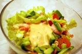 Готовое блюдо: салат с креветками и авокадо