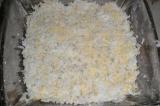 Шаг 2. Яйца натереть на терке и выложить поверх моркови, смазать майонезом.