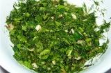 Шаг 2. Травы смешать с растительным маслом, посолить, смешать с картофелем.