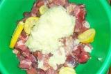 Шаг 4. Добавить готовую смесь в тару со свининой. Хорошо перемешать.