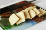 Шаг 3. Сыр нарезать пластинами.
