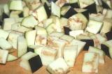 Шаг 4. Баклажаны порезать кубиками.