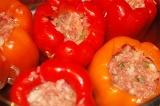 Шаг 7. Нафаршировать перец и выложить в кастрюлю. Добавить томатную смесь и доли