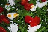 Шаг 7. Рукколу перемешать с помидорками, выложить кусочки сыра и полить заправко