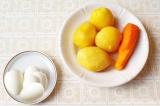 Шаг 1. Морковь, картофель и яйцо отварить.