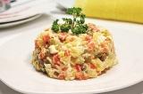 Готовое блюдо: салат Оливье с курицей