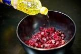 Шаг 1. Нарезать вареную свеклу и приправить маслом.