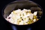 Шаг 4. Нарезать отварной картофель и добавить в винегрет.