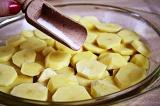 Шаг 3. В это время картофель нарезать небольшими пластинами, посолить.