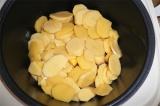 Шаг 4. Котлеты перевернуть и добавить к ним картофель и лавровый лист.