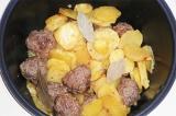Шаг 5. Котлеты и картошку перемешать, и продолжать готовить еще 10 минут.