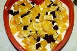 Шаг 4. Нарезать апельсиновые дольки и смешать с вишней и с орехами.