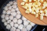 Шаг 5. Добавить к фрикаделькам нарезанный картофель.