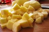 Шаг 1. Почистить и нарезать картофель кубиками.