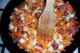 Шаг 4. Морковь и лук отправить пассироваться к колбаске.