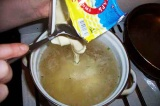 Шаг 5. Добавить в бульон с картофелем сыр. Все размешать до полного растворения