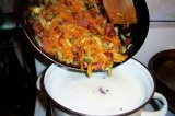 Шаг 6. Добавить пассированные колбаски и овощи.