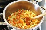 Шаг 2. Положить овощи в кастрюлю и поджарить их до мягкости.