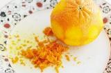 Шаг 2. Цедру одного мандарина натереть на терке.