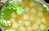 Шаг 4. Добавить горошек и варить еще 10 минут. В конце добавить лавровый лист.