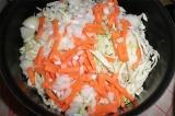 Шаг 5. Лук, капусту и морковь обжарить на сковороде.