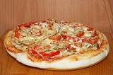 Шаг 6. Выпекать пиццу пока сыр не расплавится, а тесто не подрумянится.