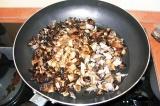 Шаг 2. Нарезать грибы и лук и обжарить их на сковороде.