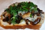 Шаг 4. На хлеб выложить обжаренные грибы с луком. Посыпать укропом.