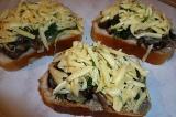 Шаг 6. Посыпать бутерброд сыром. Отправить в духовку на 10 минут.