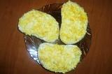 Шаг 7. Хлеб намазать сливочным маслом, сверху выложить яичную массу. Украсить