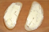 Шаг 2. На ломтики хлеба намазать сливочное масло.