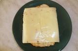 Шаг 2. На кусочки хлеба выложить плавленый сыр.
