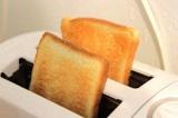 Шаг 1. Ломтики хлеба подрумянить в тостере.