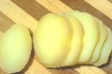 Шаг 2. Вареный картофель порезать кружочками.