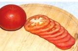 Шаг 5. Помидор порезать кружочками. На каждый кружок помидора выложить творожн