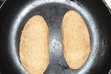 Шаг 3. Ломтики хлеба уложить на сковороду и немного подсушить.
