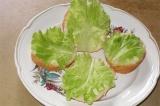 Шаг 3. На хлеб выложить по листу салата.