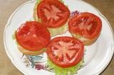 Шаг 5. Выложить помидор поверх листьев салата.
