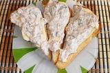 Шаг 10. Добавить рыбную массу, посыпать тертым сыром.
