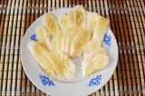 Шаг 4. Очистить бананы и порезать пластинами.