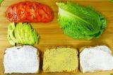 Шаг 3. Листья салата помыть, хлеб намазать горчицей и майонезом.