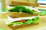 Шаг 5. Повторить слой. Уложить ломтик хлеба, смазанный горчицей, лист капусты, б