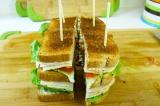 Шаг 6. Аккуратно порезать получившийся бутерброд на 4 части и воткнуть в каждую