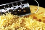 Шаг 4. Натереть сыр на крупной терке.